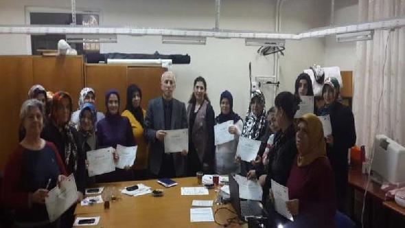 'Bütçemi Yönetebiliyorum Projesi' kapsamında finansal okuryazarlık eğitimi alan kursiyerlere sertifikaları verildi